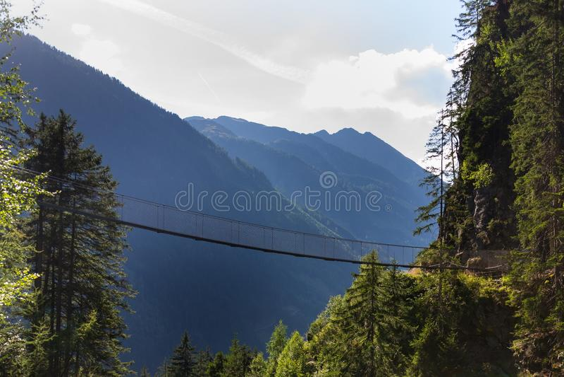 Puente colgante en rastro alpino a través de la garganta del infierno, Schladming, Austria fotos de archivo