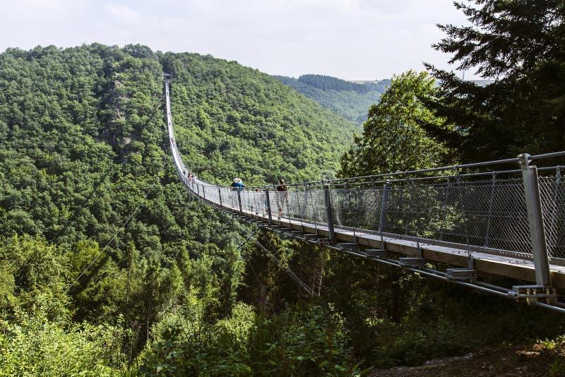 Puente colgante Geierlay especialmente para los caminantes sin el miedo de alturas fotografía de archivo libre de regalías