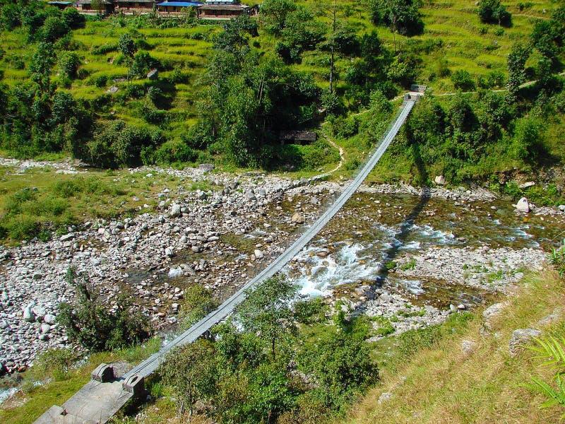 Puente colgante Himalayan de la travesía del metal foto de archivo libre de regalías