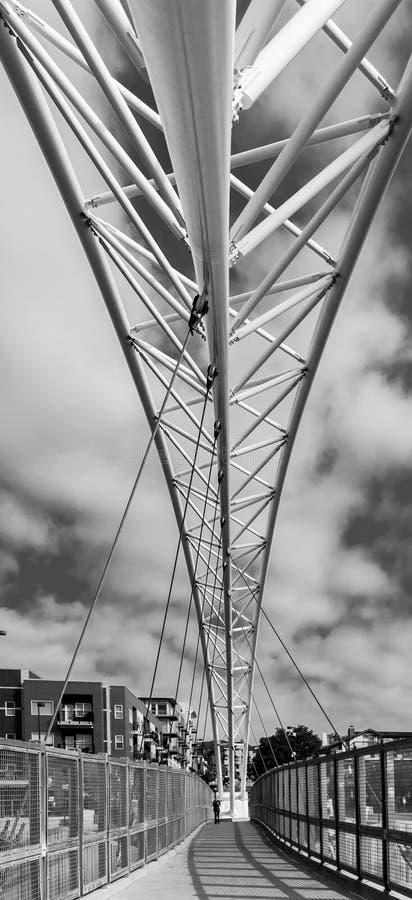 Puente colgante peatonal hecho del acero fotos de archivo libres de regalías