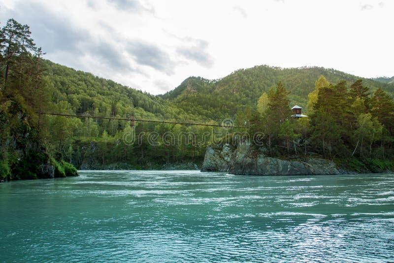 Puente colgante sobre el río imagen de archivo libre de regalías
