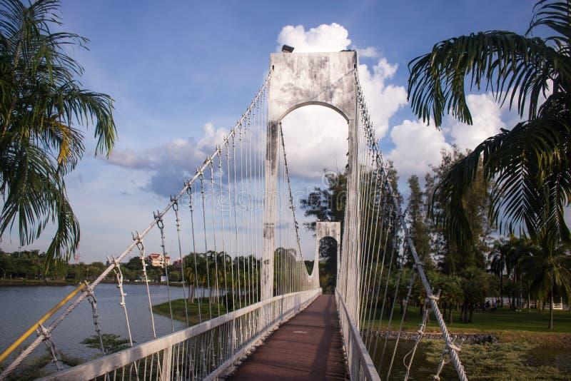 Puente colgante sobre el río en parque de la ciudad en Udon Thani, Tha imagenes de archivo