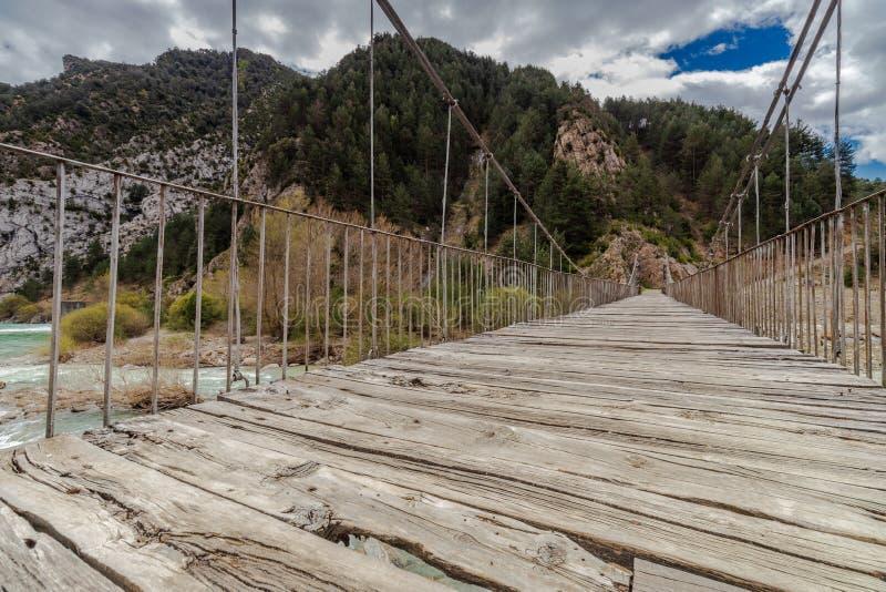Puente colgante sobre el río salvaje imágenes de archivo libres de regalías