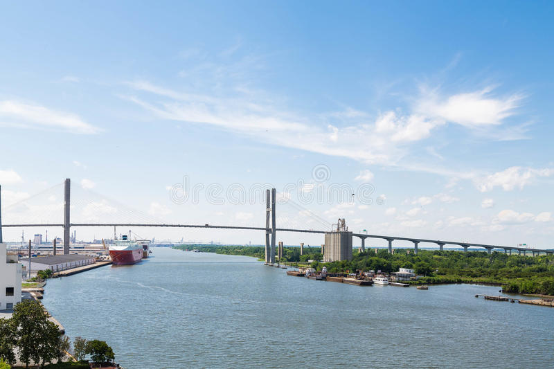 Puente colgante sobre puerto de envío fotos de archivo