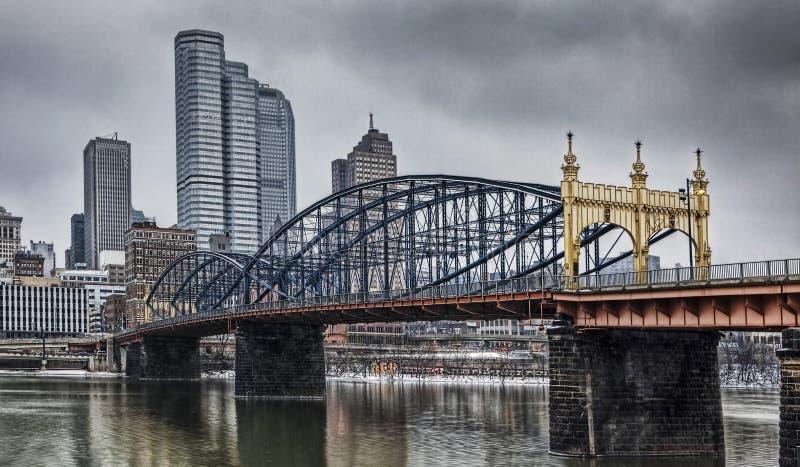 Puente colorido con el horizonte de Pittsburgh fotografía de archivo