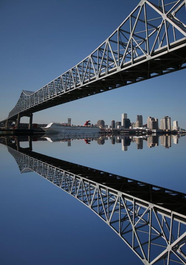 Puente con el horizonte de New Orleans fotos de archivo libres de regalías