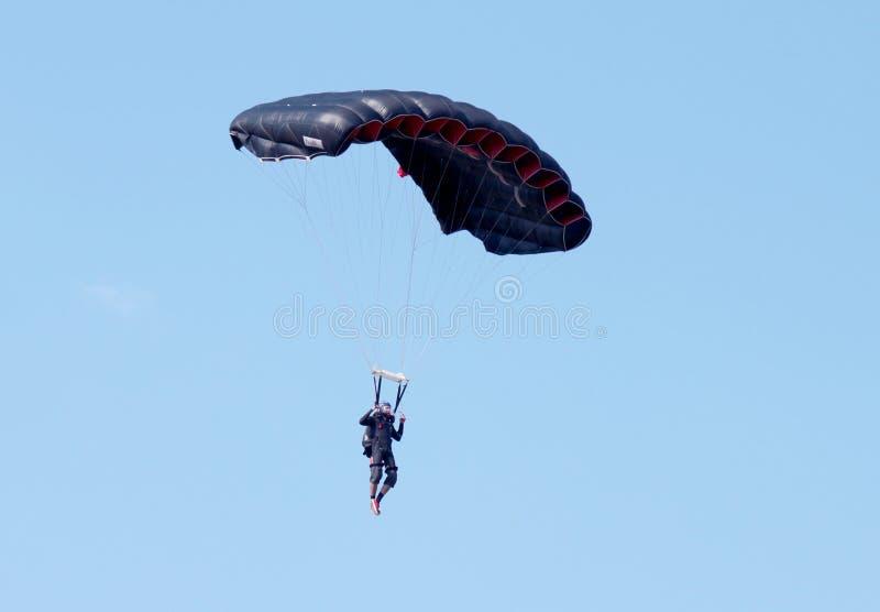 Puente con el paracaídas abierto del negro - área de texto disponible fotos de archivo