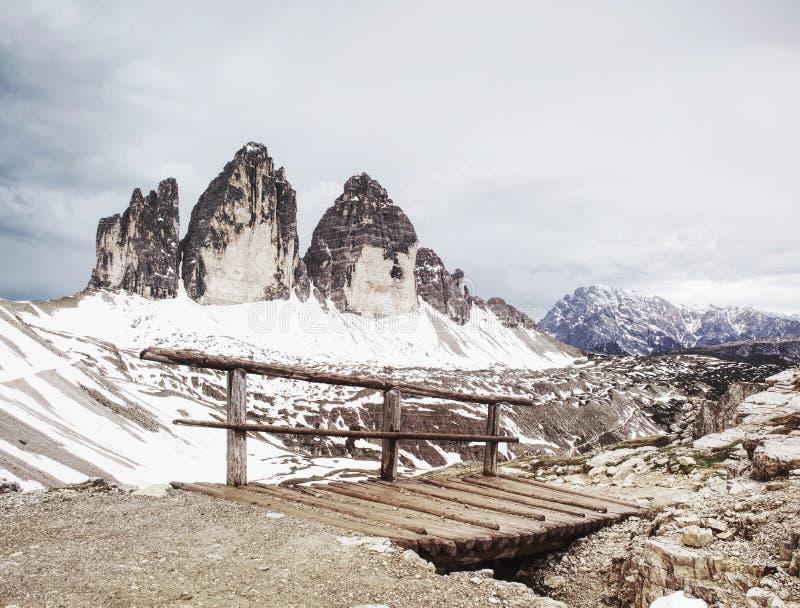 Puente con la barandilla en el viaje popular alrededor de Tre Cime di Lavaredo fotos de archivo libres de regalías