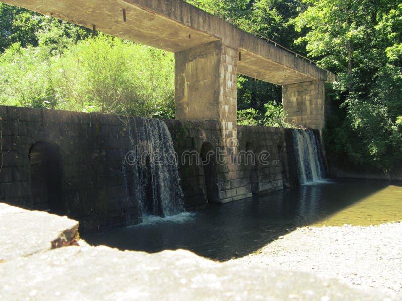 Puente con la cascada imagenes de archivo