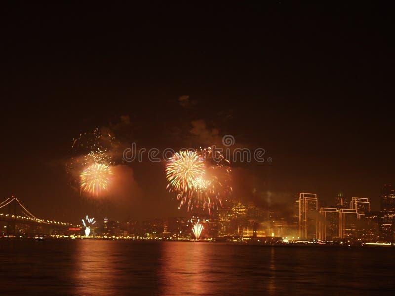 Puente con la ciudad y el fuego artificial foto de archivo libre de regalías