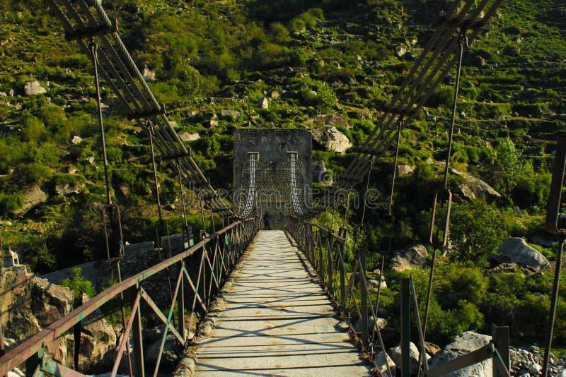 Puente con la montaña fotos de archivo libres de regalías