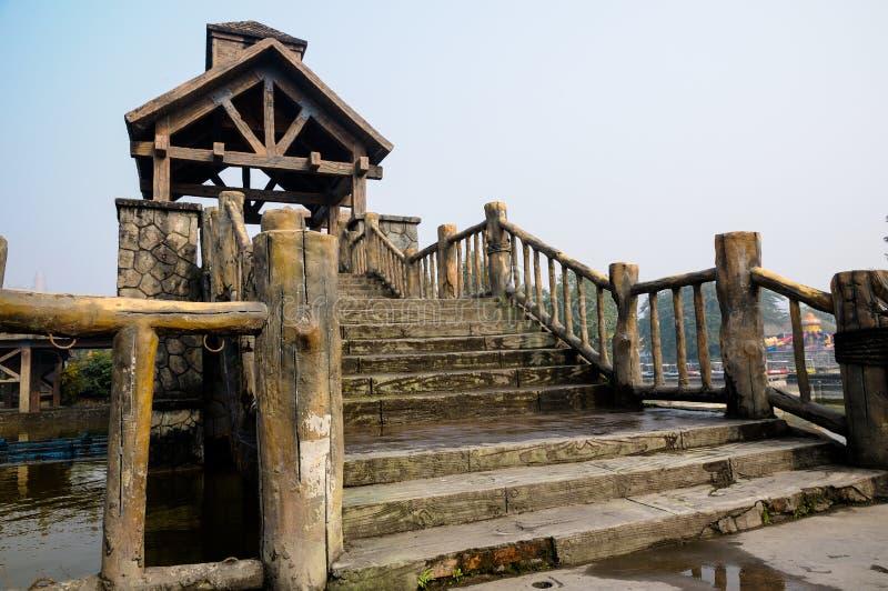 Puente con las barandillas de madera fotos de archivo libres de regalías
