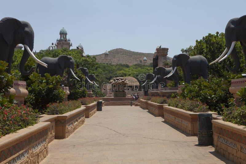 Puente con las estatuas de elefantes, en Sun City, Suráfrica fotos de archivo libres de regalías