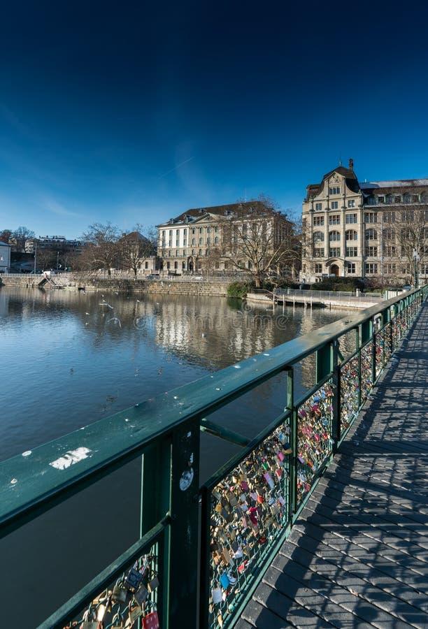 Puente con muchas cerraduras que simbolizan amor en Zurich en Suiza en el río Limmat fotos de archivo