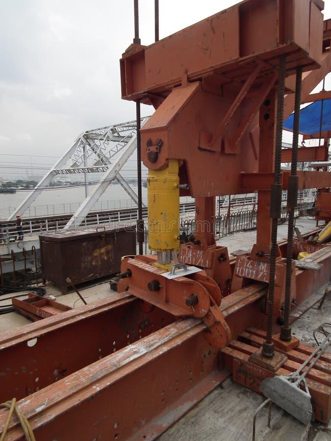 Puente concreto de la tensión de los posts del trabajador de la construcción de acero de la barra de la grúa de arriba imagenes de archivo