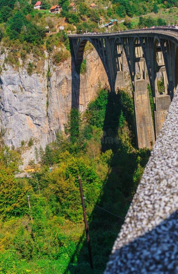 Puente concreto Durdevitsa-Tara del arco a través del barranco del río de Tara en Montenegro En septiembre de 2018 imagen de archivo libre de regalías