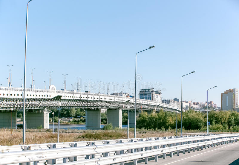 Puente concreto moderno durante el día soleado industrial del paisaje del río fotos de archivo libres de regalías