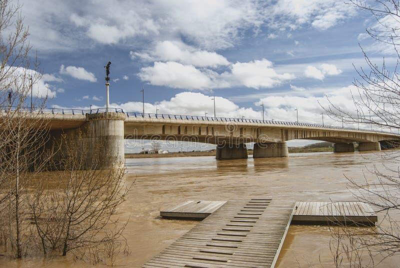 Puente concreto sobre el río del Duero imagen de archivo libre de regalías