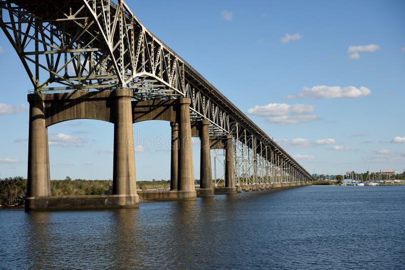 Puente conmemorativo de la Segunda Guerra Mundial del río de Calcasieu que conecta Lake Charles y Westlake, Luisiana foto de archivo