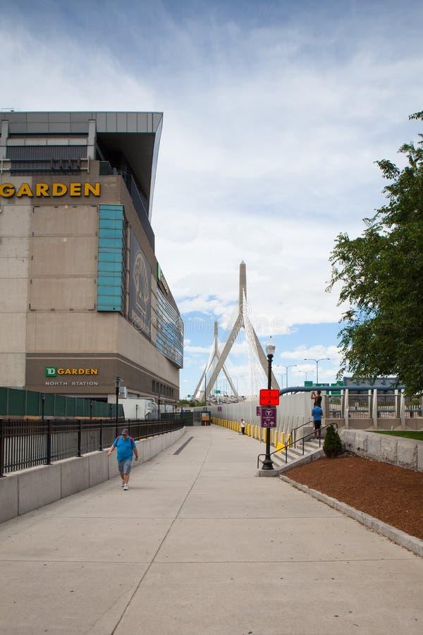 Puente conmemorativo del Bunker Hill de Zakim y el jardín en Boston, los E.E.U.U. foto de archivo libre de regalías