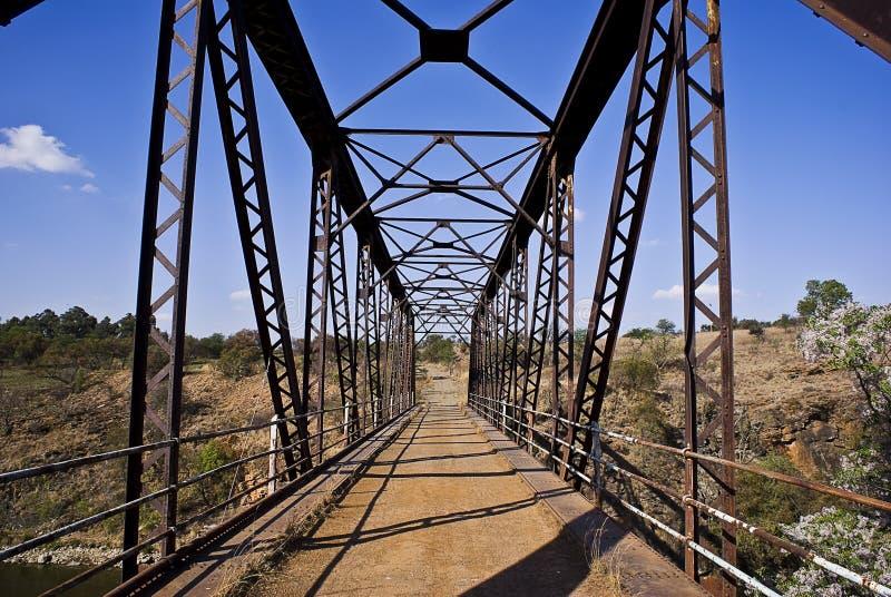 Puente continuado viejo del metal fotos de archivo libres de regalías