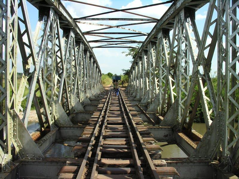 Puente cruzado de los portadores a lo largo del ferrocarril abandonado, Katanga, Congo fotografía de archivo libre de regalías