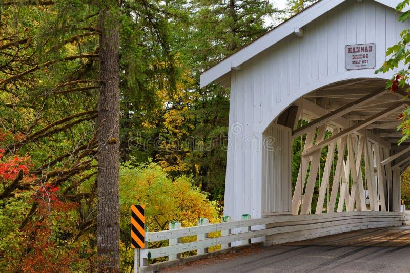 Puente cubierto de Hannah en Oregon fotografía de archivo
