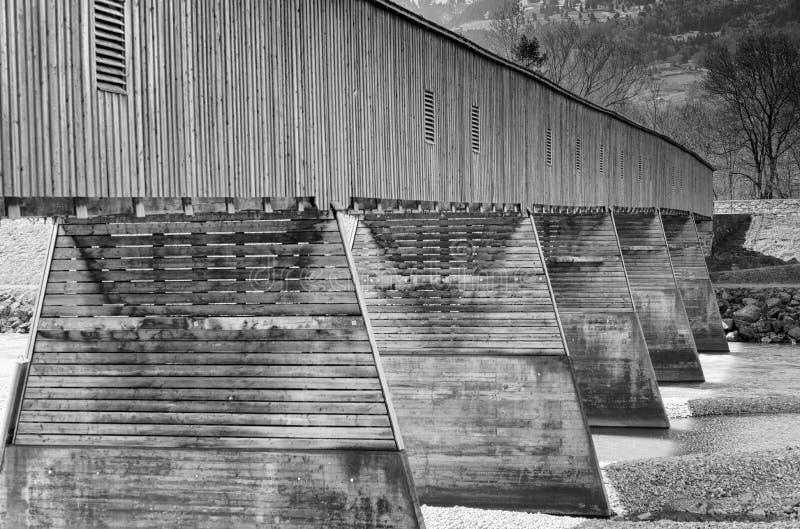 Puente cubierto de madera histórico a través del Rin entre Suiza y Liechtenstein foto de archivo