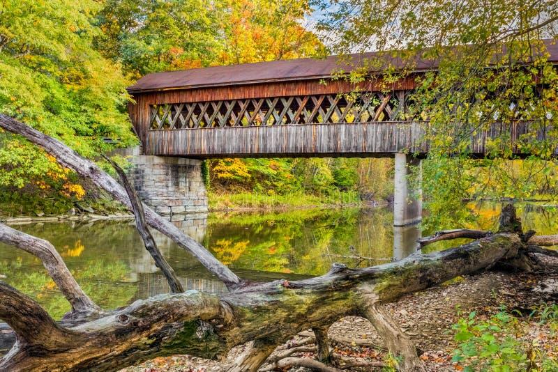 Puente cubierto del camino del estado imagenes de archivo