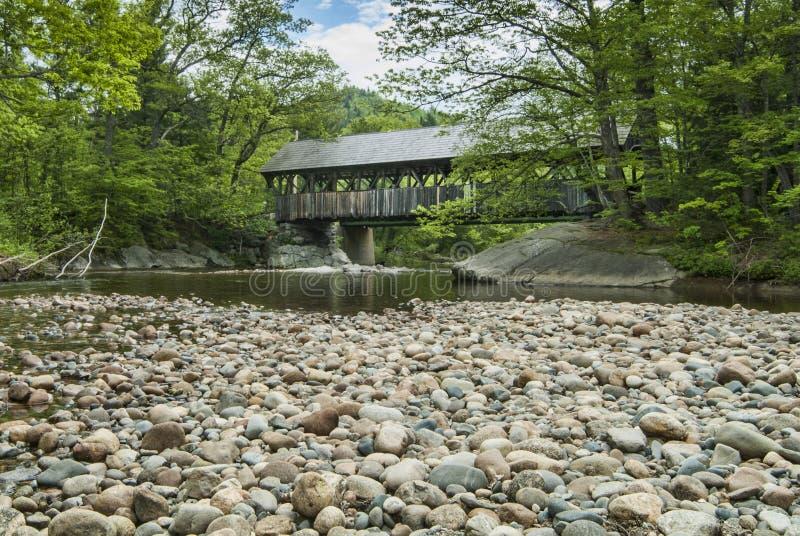 Puente cubierto del río de domingo en Maine fotografía de archivo