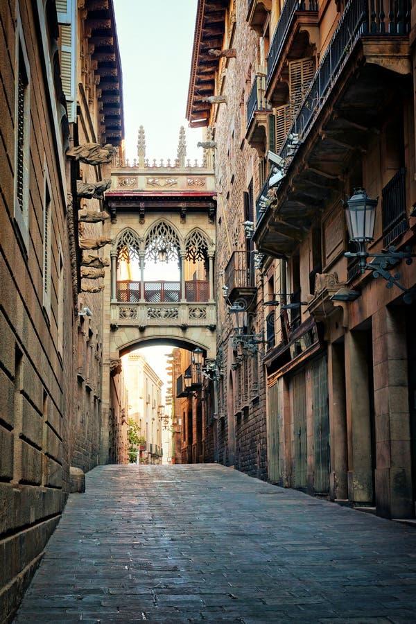 Puente cubierto en el cuarto gótico, Barcelona, España fotografía de archivo