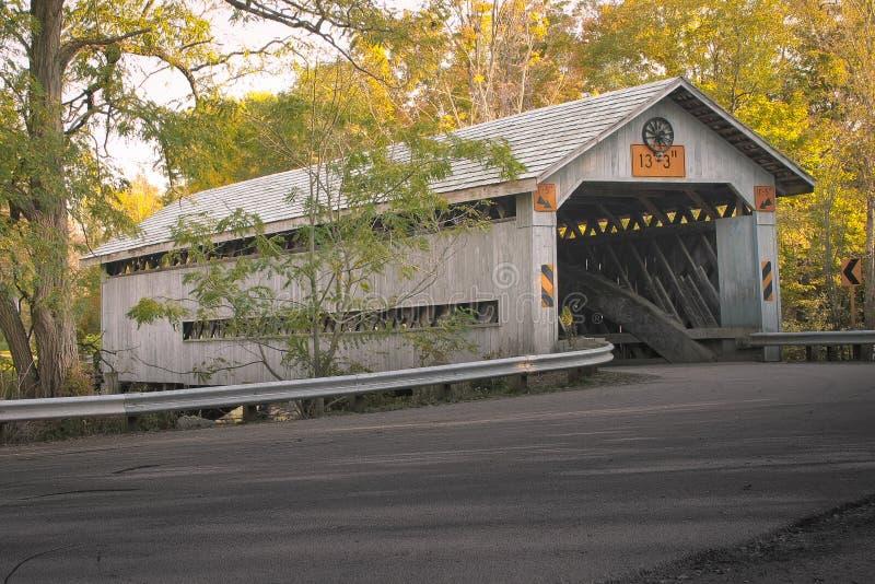 Puente cubierto en el día caliente del otoño - color de la caída foto de archivo libre de regalías