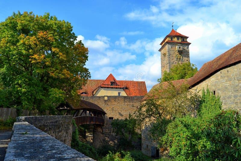 Puente cubierto en el der Tauber del ob de Rothenburg imagen de archivo libre de regalías