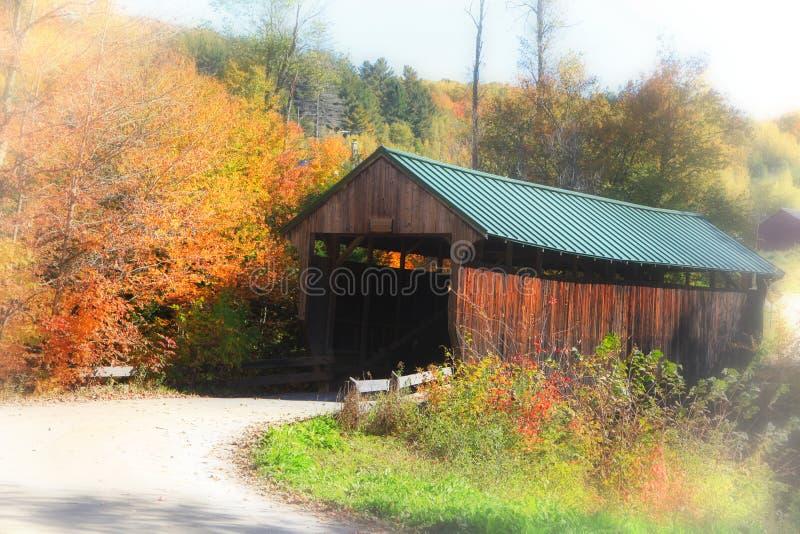 Puente cubierto histórico en Vermont rural imagen de archivo