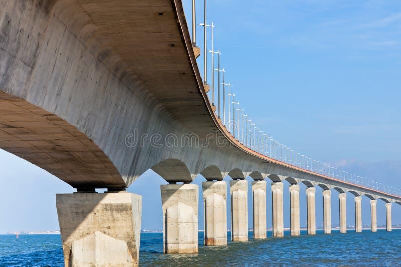 Puente curvado sobre el agua imagen de archivo