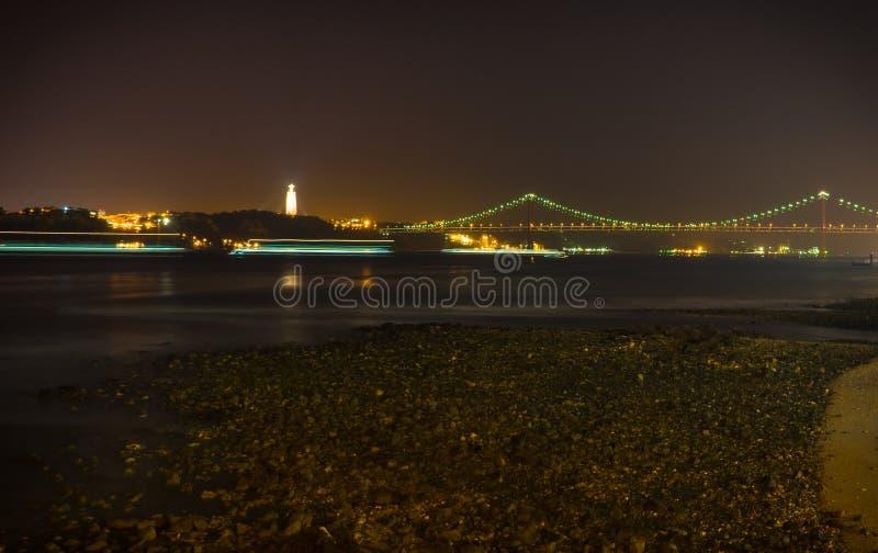 Puente de 25 Abril en la noche imagen de archivo