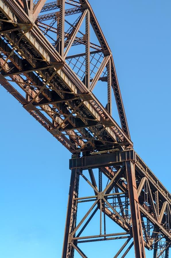 Puente de acero del ferrocarril de la viga con el cielo azul imágenes de archivo libres de regalías