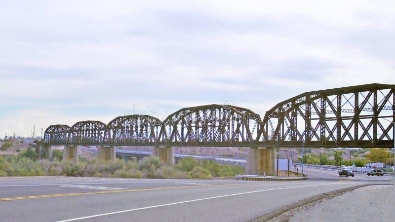 Puente de acero del ferrocarril de la viga sobre el río Colorado imágenes de archivo libres de regalías