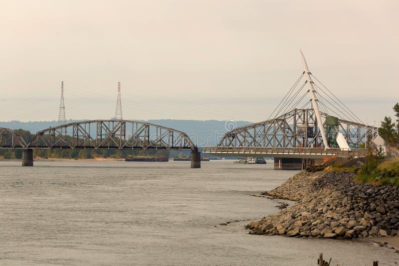 Puente de acero del oscilación en el puerto de Vancouver Washington fotografía de archivo