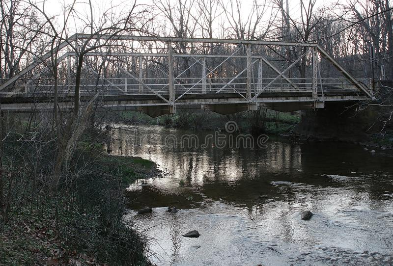Puente de acero histórico sobre corriente en Pennsylvania rural imágenes de archivo libres de regalías