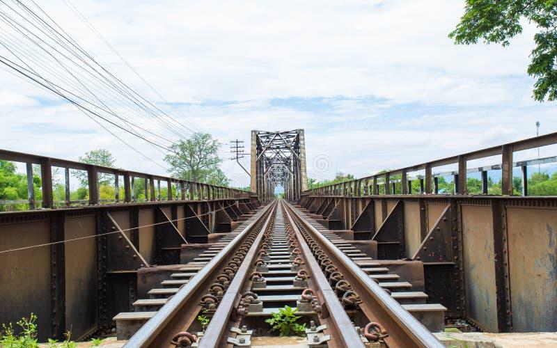 Puente de acero negro viejo Lampang del tren a Chiangmai, clou del cielo azul imagenes de archivo