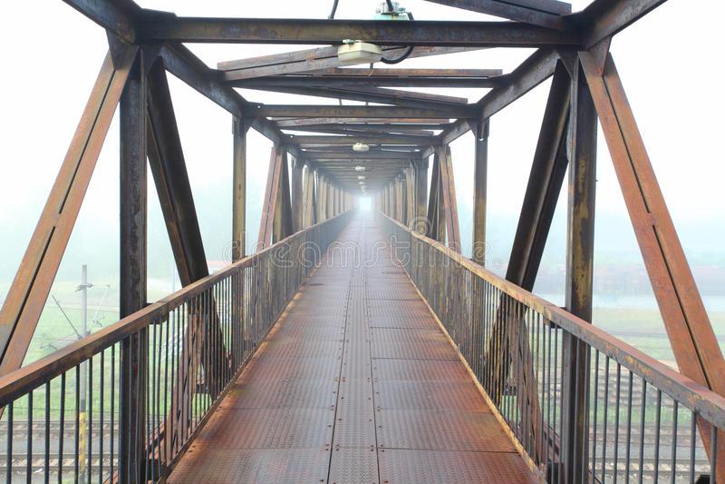 Puente de acero para la gente fotografía de archivo libre de regalías