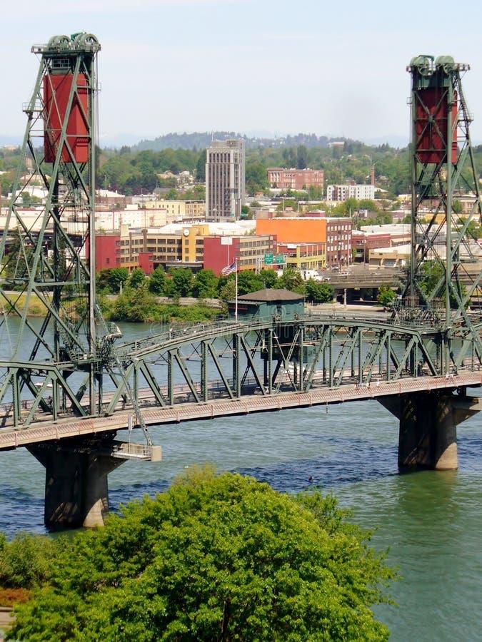 Puente de acero sobre el río de Willamette portland imagenes de archivo