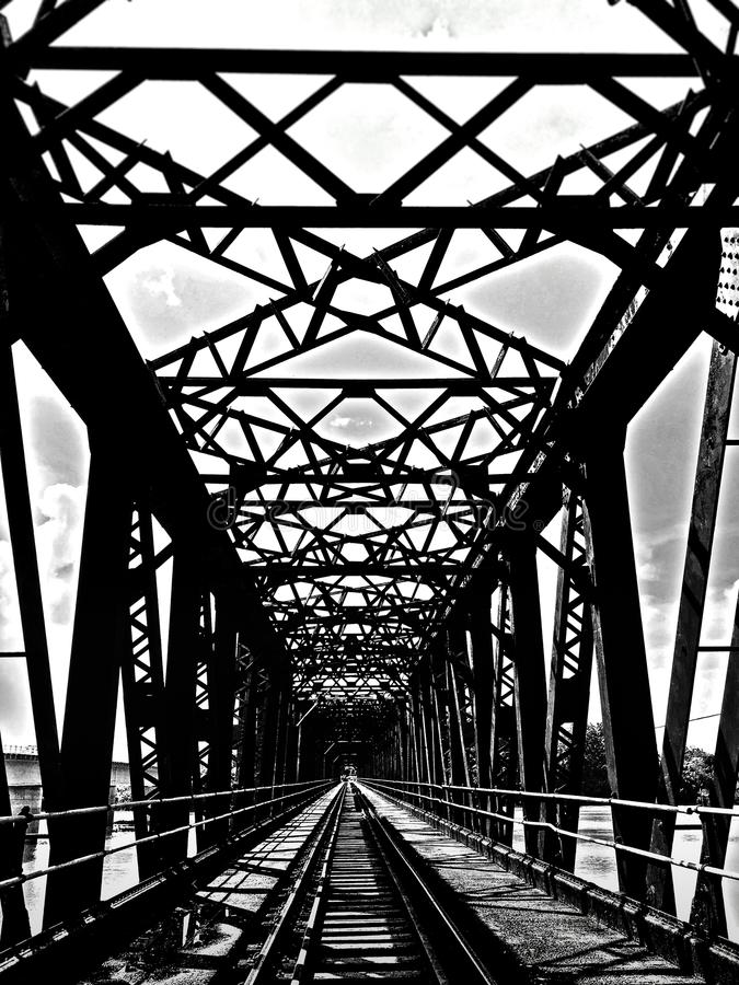 Puente de acero viejo con la trayectoria del tren foto de archivo