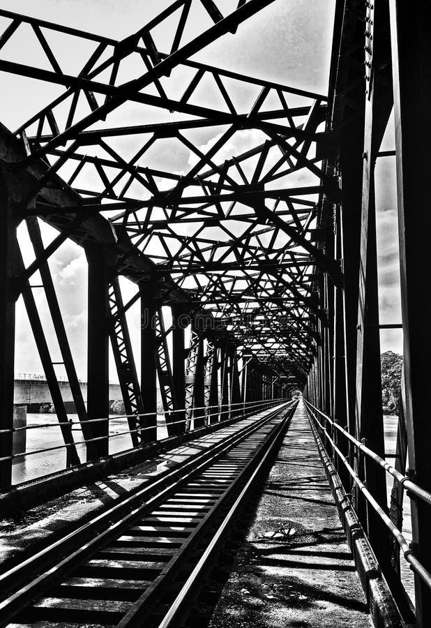 Puente de acero viejo con la trayectoria del tren imagen de archivo