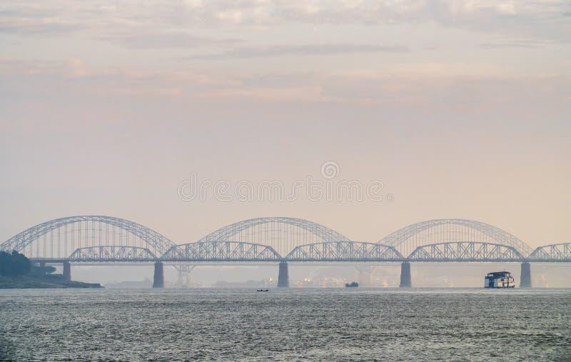 Puente de Angwa a través del río de Irrawaddy imagen de archivo