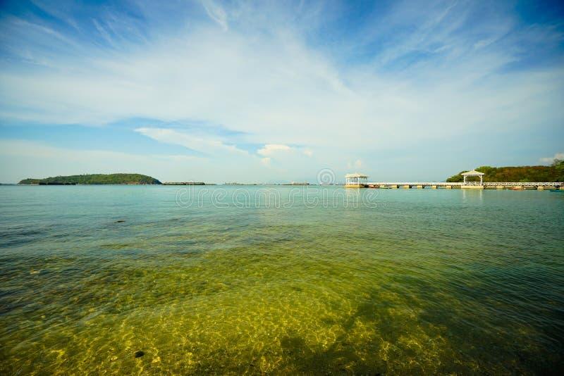 Puente de Atsadang de la marca de tierra en Sri Chang Island, Tailandia fotos de archivo