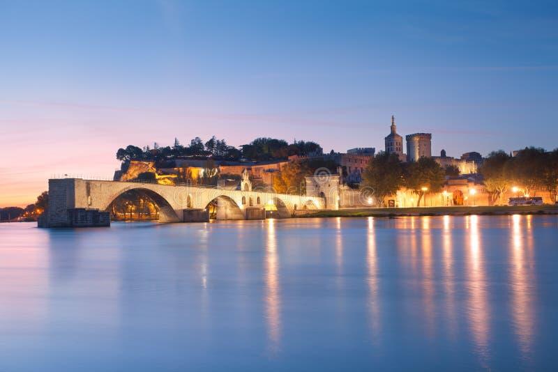 Puente de Aviñón con papas Palace y el río Rhone en el amanecer foto de archivo