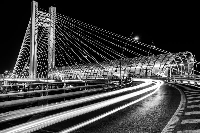 Puente de B&W - paso superior de Basarab en la noche imagen de archivo