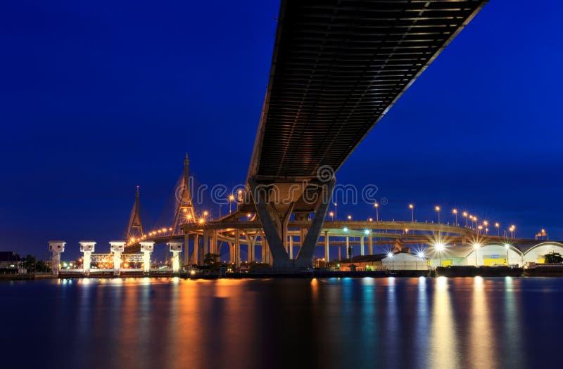 Puente de Bhumibol de la escena de la noche, Bangkok, Tailandia fotos de archivo libres de regalías